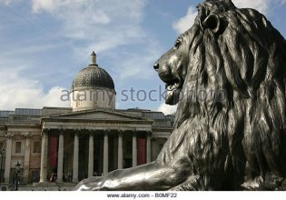 london-england-one-of-sir-edwin-henry-landseer-designed-lions-in-trafalgar-b0mf22